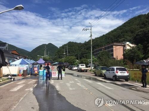 8月27日,在韶成里社区会馆外,韩国警方设卡盘查过往人员。(韩联社)