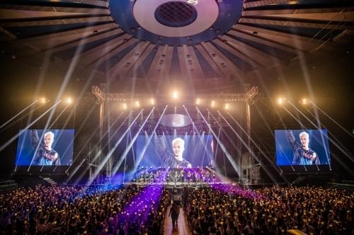 """8月27日,在首尔在首尔市蚕室室内体育馆,BIGBANG成员太阳举行个人演唱会""""2017白夜""""。(YG娱乐提供)"""
