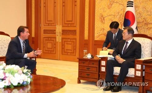 8月28日上午,在青瓦台,韩国总统文在寅(右)与到访的美国国会众议院外委会主席罗伊斯交谈。(韩联社)