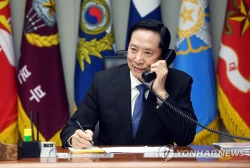 资料图片:8月16日,宋永武和美国国防部长马蒂斯通电话。(韩联社/国防部提供)