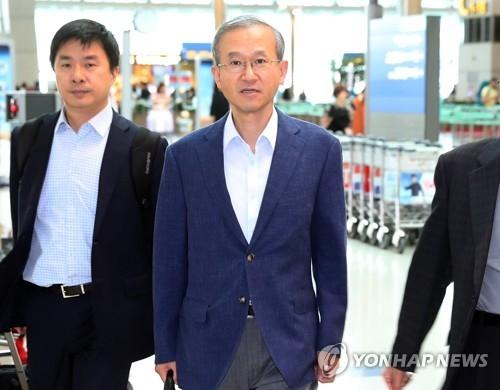 8月27日上午,韩国外交部第一次官林圣男(中)从仁川国际机场启程前往美国。(韩联社)