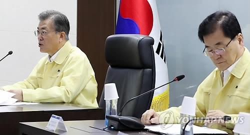 """资料图片:8月21日,韩国总统文在寅(左)主持""""国家安全保障会议(NSC)""""并在会上发言。(韩联社/青瓦台提供)"""