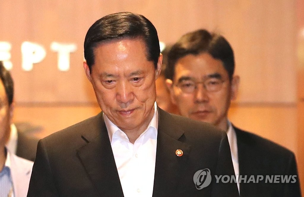 8月29日上午,在韩国仁川机场,韩国防长宋永武启程前往美国,表情凝重。(韩联社)