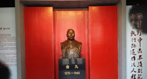 """图为在""""金九避难处""""内展示馆的金九铜像。"""