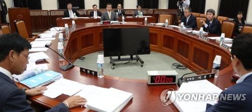 8月29日下午,在韩国国会情报委员会全体会议上,国家情报院院长徐薰(显示器后)报告朝鲜当天导弹挑衅情况。(韩联社)