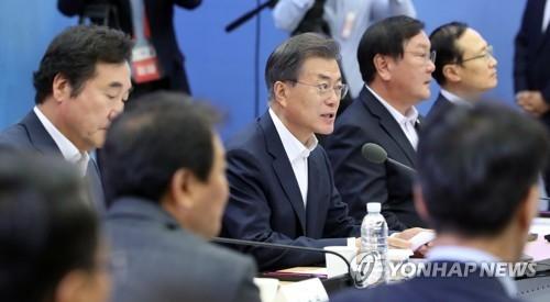 8月29日下午,在世宗中央政府办公楼,韩国总统文在寅接受产业通商资源部、环境部、国土海洋部联合工作汇报,在会上发言。(韩联社)