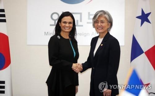 8月29日,在首尔外交部大楼,韩国外长康京和(右)同巴拿马副总统兼外长德圣马洛在会谈前握手合影。(韩联社)