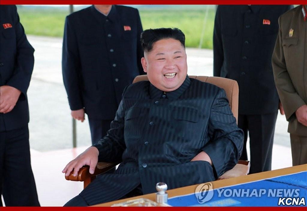 图为朝鲜劳动党委员长金正恩8月29日在现场指导朝军试射弹道导弹。图片仅限韩国国内使用,严禁转载复制。(韩联社/朝中社)