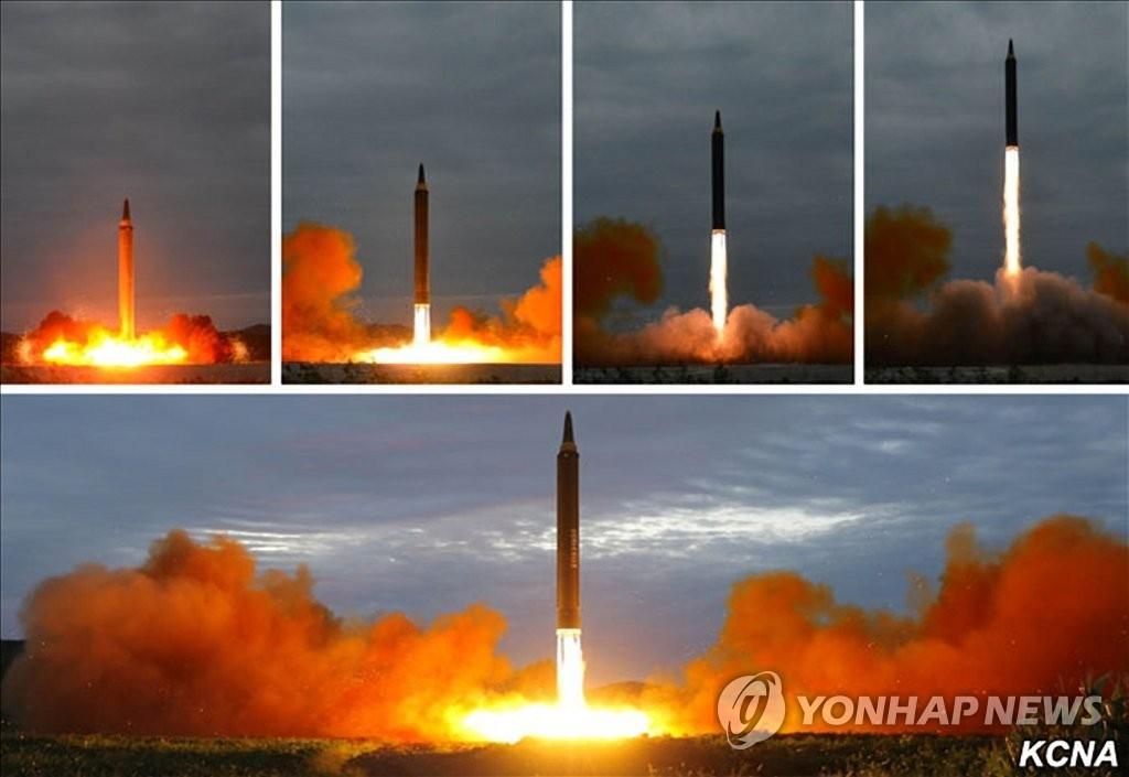 """资料图片:朝中社官网刊载""""火星-12""""导弹发射照片。图片仅限韩国国内使用,严禁转载复制。(韩联社/朝中社)"""