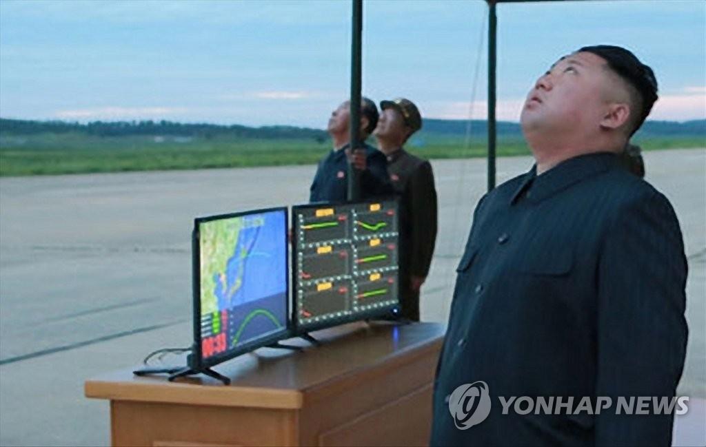 8月29日,朝鲜劳动党委员长金正恩在现场观看朝军试射弹道导弹。图片仅限韩国国内使用,严禁转载复制。(韩联社/朝中社)
