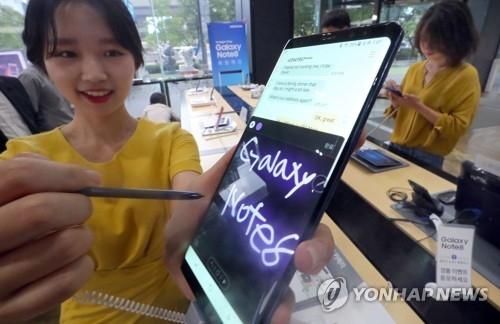 模特在展示Galaxy Note8。(韩联社)
