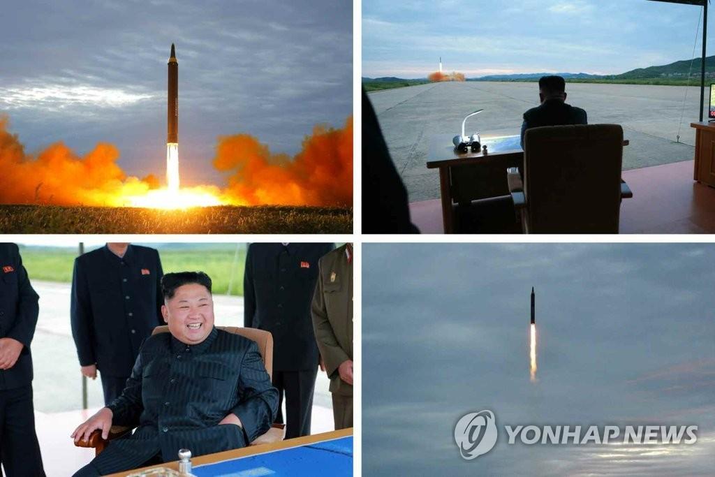 """据朝鲜《劳动新闻》30日报道,朝鲜劳动党委员长金正恩在现场观看朝军试射""""火星-12""""中远程战略弹道导弹。图片仅限韩国国内使用,严禁转载复制。(韩联社/《劳动新闻》)"""