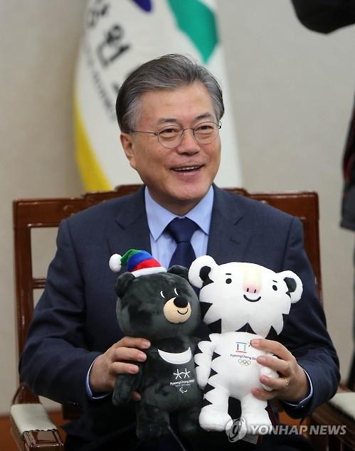 资料图片:文在寅总统与平昌冬奥吉祥物玩偶(韩联社)