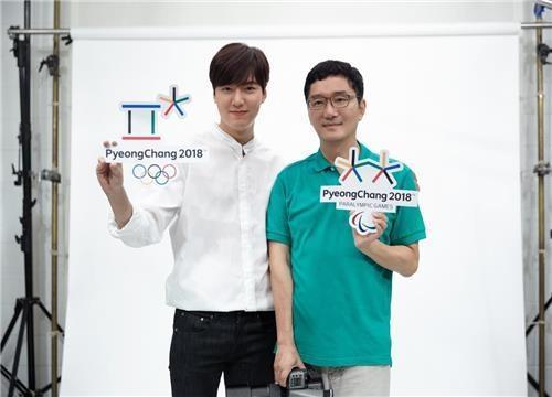 资料图片:平昌冬奥会宣传大使李敏镐(左)和摄影师曹世铉