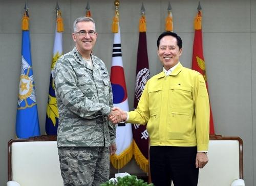 资料图片:8月21日,美国战略司令海顿(左)与韩国防长宋永武会面时握手。(韩联社)