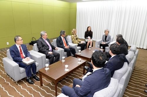 8月30日,在釜山,外交部长官康京和(左六)在出席第八届东亚-拉美合作论坛外长会议的间隙接见哥伦比亚、智利、萨尔瓦多、委内瑞拉、巴拉圭、多米尼加共和国的6位副外长。