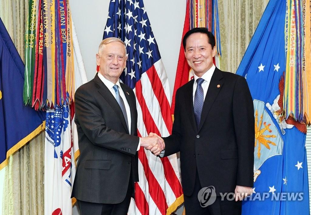 当地时间8月30日,在美国华盛顿国防部大楼,正在访美的韩国防长宋永武(右)与美国防长马蒂斯在会晤前握手。(韩联社/韩国国防部提供)