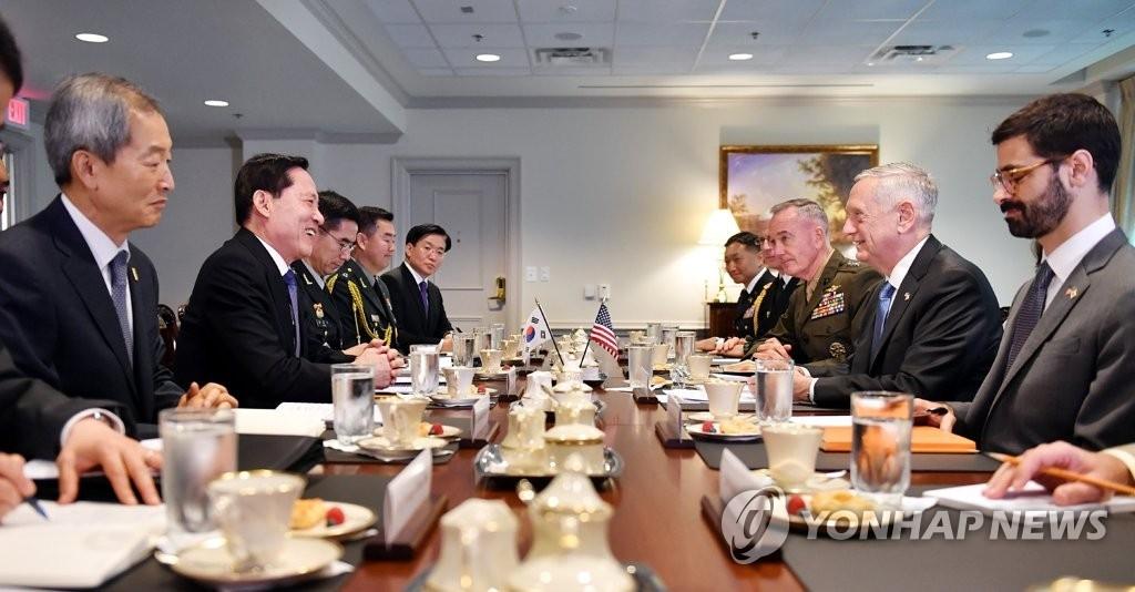当地时间8月30日,在华盛顿美国国防部大楼,韩国防长宋永武(左二)与美国防长马蒂斯(右二)等人交谈。(韩联社/韩国国防部提供)