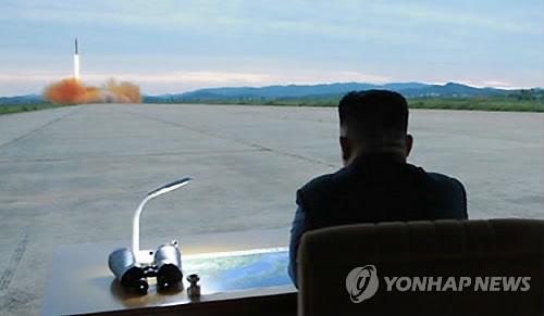 朝中社网站30日刊发金正恩参观火星-12型导弹发射的照片。图片仅限韩国国内使用,严禁转载复制。(韩联社/朝中社)
