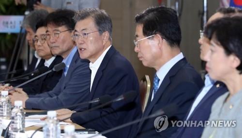 8月31日下午,在世宗政府大楼,韩国总统文在寅(右三)听取保健福祉部、雇佣劳动部、女性家庭部联合工作汇报。(韩联社)