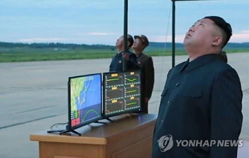 朝中社30日刊发朝鲜劳动党委员长金正恩仰望火星-12型导弹升空的照片。图片仅限韩国国内使用,严禁转载复制。(韩联社)