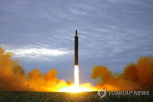 资料图片:朝鲜火星-12型导弹 图片仅限韩国国内使用,严禁转载复制。(韩联社)