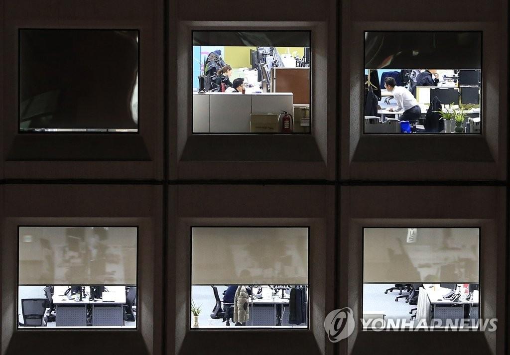 调查:韩国上班族平均1周加班2.5天 - 1