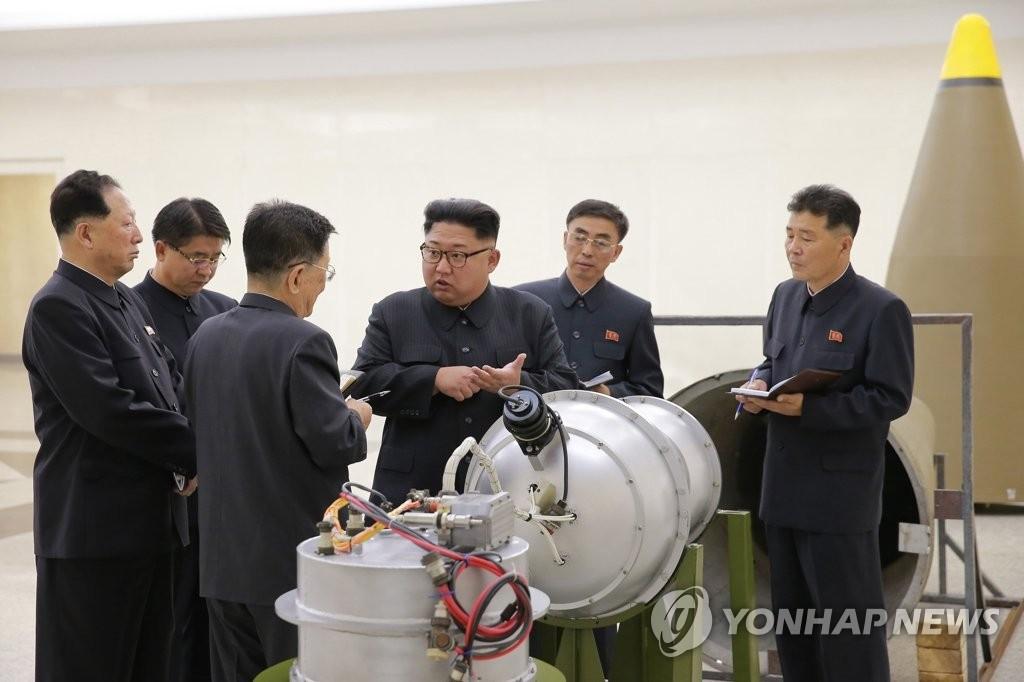 据朝中社3日报道,金正恩到朝鲜核武器研究所参观洲际导弹氢弹头。图片仅限韩国国内使用,严禁转载复制。(韩联社/朝中社)