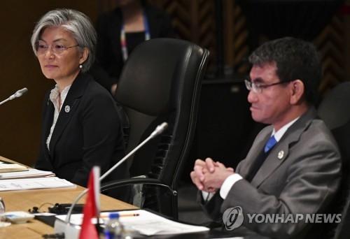 资料图片:8月7日,在马尼拉,韩日外长在东盟地区论坛开幕式上并排而坐。(韩联社/欧新社)