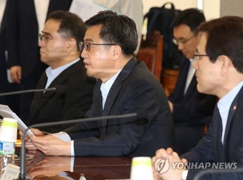 9月4日上午,在首尔银行联合会大楼,金东兖在宏观经济金融会议上发言。(韩联社)