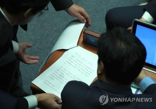 韩国议员讨论斟酌草案文本。(韩联社)
