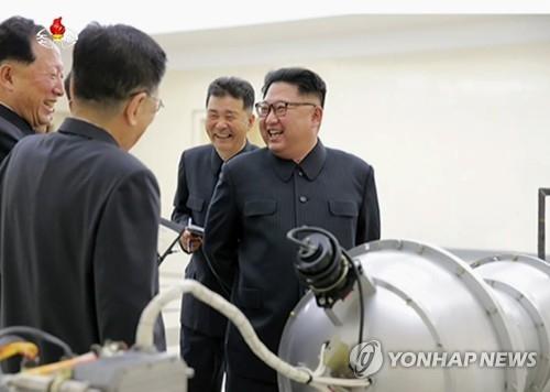 资料图片:朝鲜劳动党委员长金正恩(右一)在核武器研究所进行现场指导。图片仅限韩国国内使用,严禁转载复制。(韩联社/朝中社)