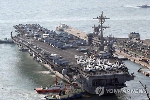 """资料图片:图为今年3月驶入釜山港的美国""""卡尔·文森""""号核动力航母。(韩联社)"""