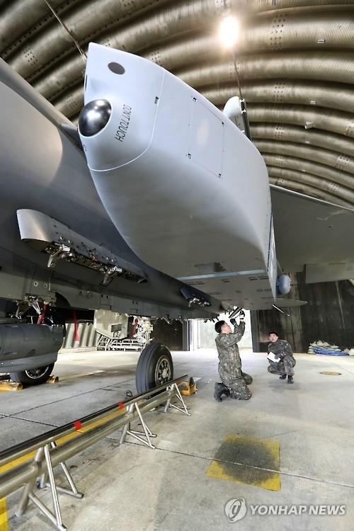 """资料图片:图为装载于F-15K战斗机的""""金牛座""""远程空地导弹。(韩联社)"""