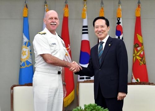 9月5日,韩国防长宋永武(右)会见美国太平洋舰队司令史威孚特,两人亲切握手。(韩联社)