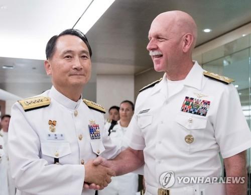 9月5日,在首尔威斯汀朝鲜酒店,韩国海军参谋总长严贤圣(左)与美国太平洋舰队司令史威孚特出席第13届国际海上力量研讨会时握手。(韩联社/韩国海军提供)