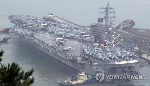"""资料图片:图为2016年10月驶入釜山港的""""罗纳德·里根""""号。(韩联社)"""