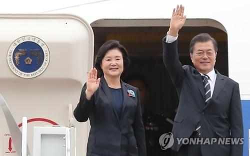 9月6日上午,在韩国首尔机场,文在寅伉俪登上赴俄专机前向送行人员挥手告别。(完)