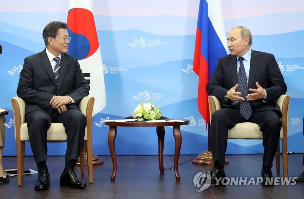 当地时间9月6日下午,在俄罗斯符拉迪沃斯托克远东联邦大学,韩国总统文在寅(左)与俄罗斯总统普京举行会谈。(韩联社)