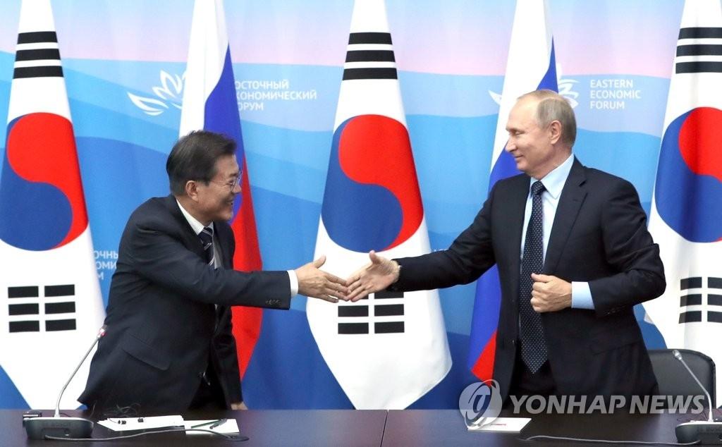 当地时间9月6日下午,在俄罗斯符拉迪沃斯托克远东联邦大学,韩国总统文在寅(左)与俄罗斯总统普京共同会见记者后握手。(韩联社)