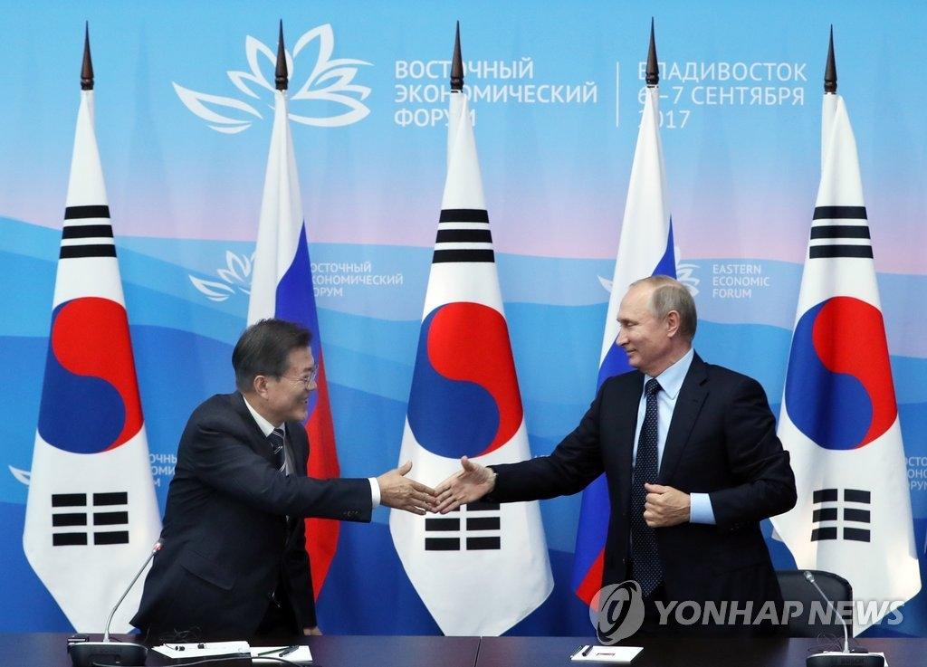 当地时间9月6日下午,在俄罗斯符拉迪沃斯托克远东联邦大学,韩国总统文在寅(左)与俄罗斯总统普京共同会见记者时握手致意。(韩联社)