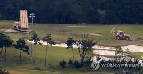 """9月6日下午,在庆尚北道星州郡""""萨德""""基地,驻韩美军动用重型装备进行地基施工。(韩联社)"""