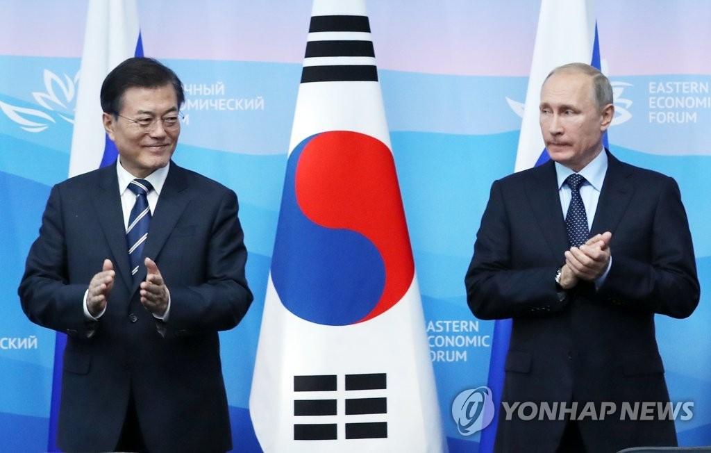 当地时间9月6日下午,在俄罗斯符拉迪沃斯托克远东联邦大学,韩国总统文在寅(左)与俄罗斯总统普京共同会见记者时鼓掌。(韩联社)