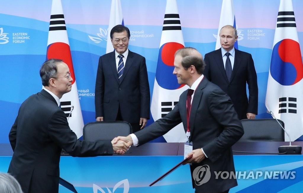 当地时间9月6日下午,在俄罗斯符拉迪沃斯托克远东联邦大学,韩俄两国产业部长在两国总统的见证下签署主要协定和谅解备忘录。(韩联社)