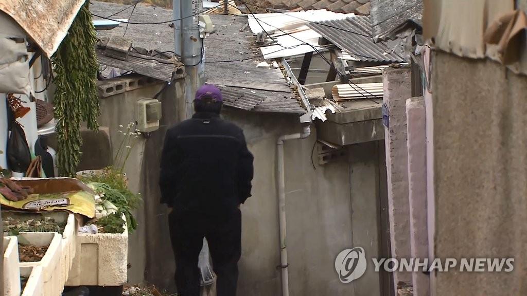 资料图片:一名老人走在胡同里。(韩联社)