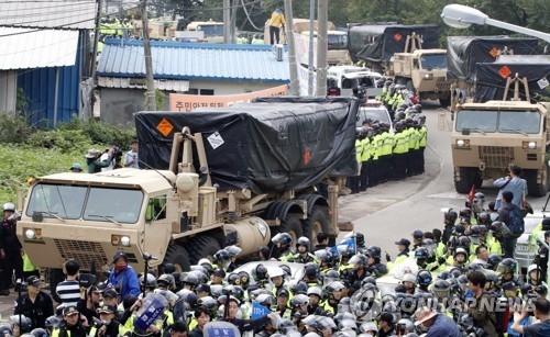 """9月7日上午,在庆尚北道星州郡,韩国警方护送""""萨德""""装备驶近基地。(韩联社)"""
