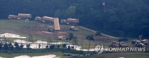 """9月7日,在庆尚北道星州郡,美军将4辆""""萨德""""发射车安装就位。(韩联社)"""
