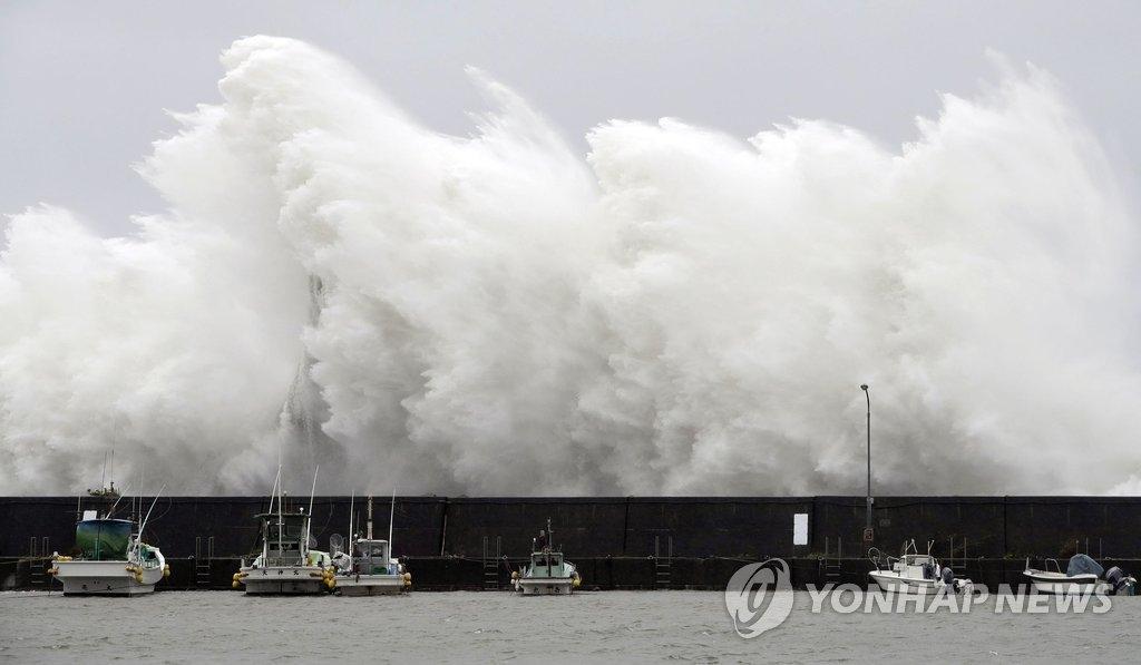 """资料图片:台风""""奥鹿""""(Noru)登陆日本。(韩联社/法新社)"""