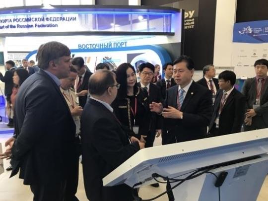 9月8日,在符拉迪沃斯托克,韩国海洋水产部长金荣春(右四)参加东方经济论坛。(韩联社)
