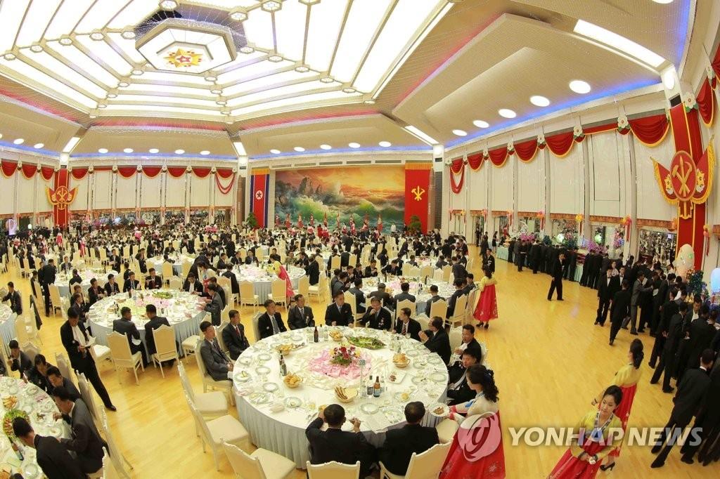 图为朝鲜氢弹试爆庆功宴现场。图片仅限韩国国内使用,严禁转载复制。(韩联社/朝中社)